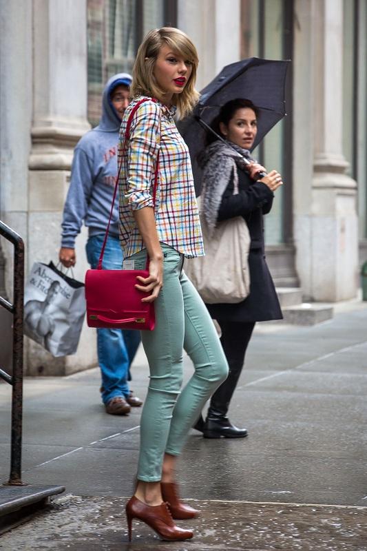 Тейлор Свифт в облегающих джинсах, рубашке в клетку и туфлях на каблуке