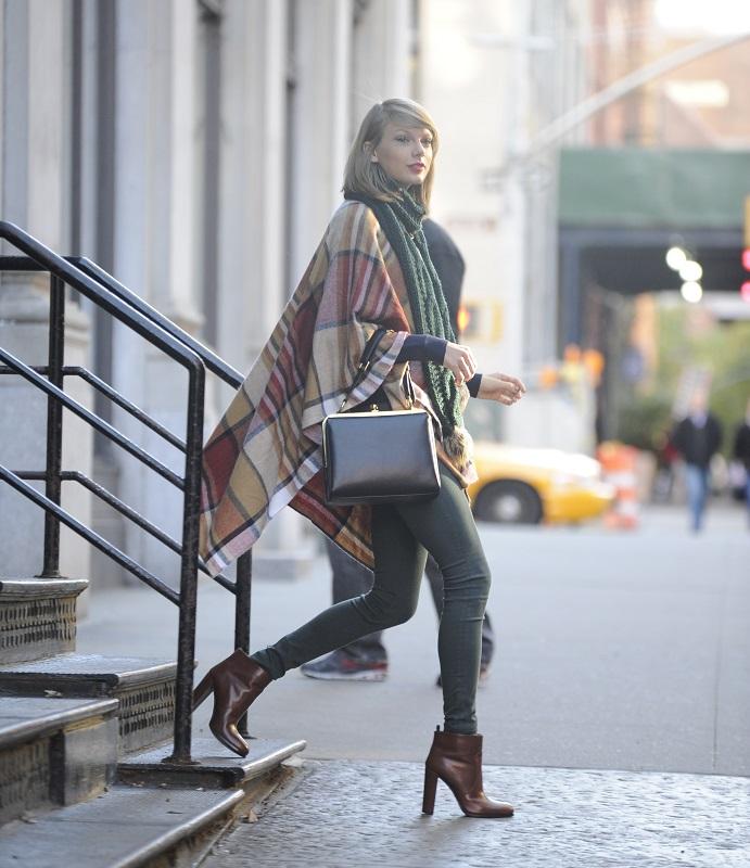 Тейлор Свифт в обтягивающих джинсах, ботильонах и пончо