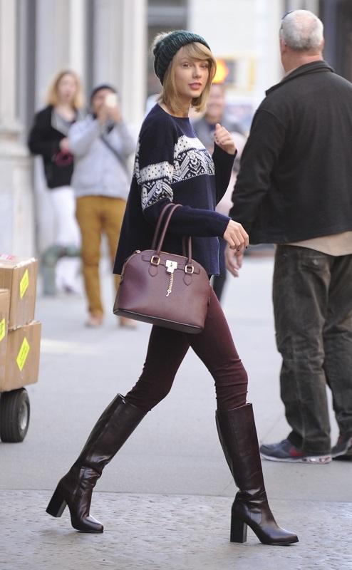Тейлор Свифт в обтягивающих джинсах, сапогах и свитере