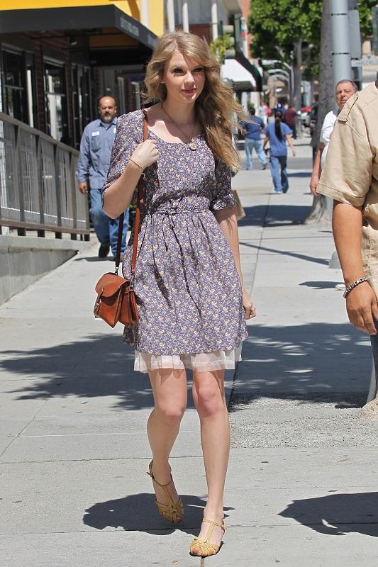 Тейлор Свифт в приталенном платье и босоножках