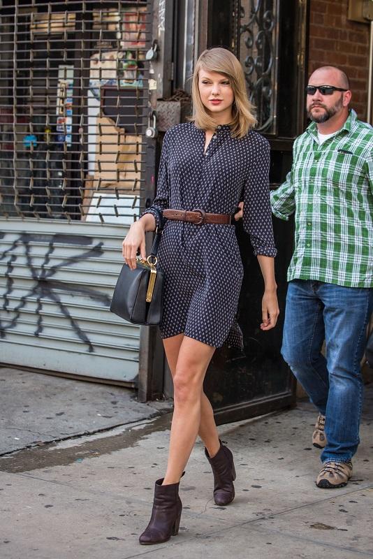 Тейлор Свифт в синем платье-рубашке и ботильонах