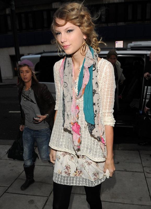 Тейлор Свифт в цветочной мини юбке и легкой, ажурной блузке
