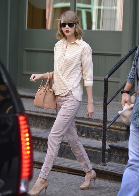 Тейлор Свифт в зауженых джинсах, туфлях на каблуке и рубашке в полоску
