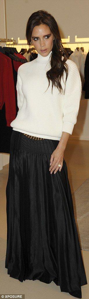 Виктория Бекхэм в черной юбке плиссе и белом свитере