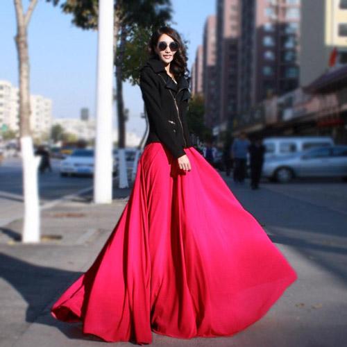 девушка в алой юбке и черной куртке
