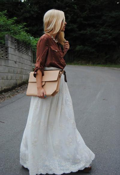 девушка в белой длинной юбке и коричневой рубашке