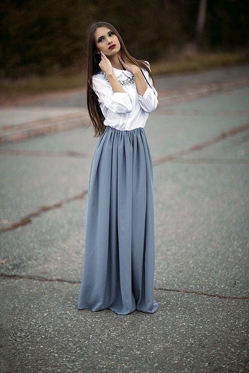 девушка в белой рубашке и серой юбке