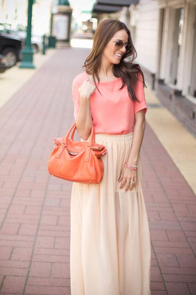 девушка в бежевой юбке и персиковой блузке