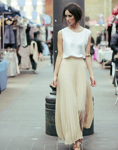 девушка в бежевой юбке