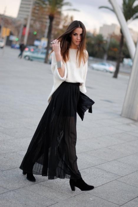 девушка в черной юбке и белом джемпере