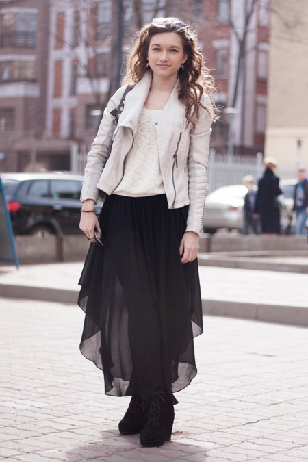 девушка в черной юбке и бежевой куртке