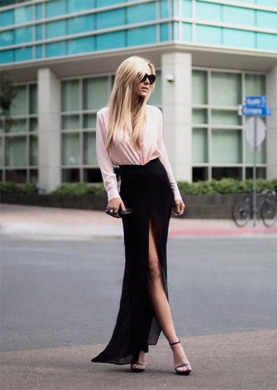 девушка в черной юбке и бледно-розовой кофте