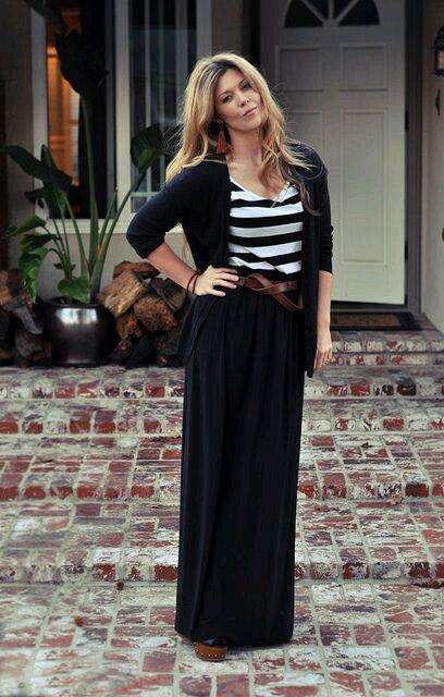 девушка в черной юбке и полосатом топе