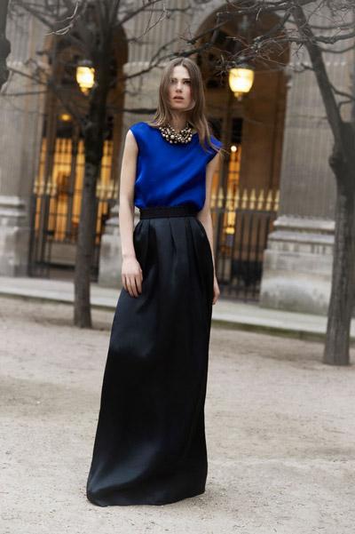 девушка в черной юбке и синем топе