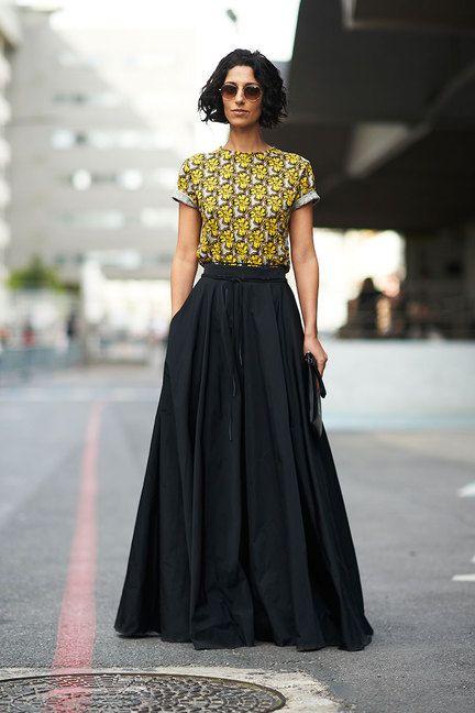 девушка в черной юбке и топе с принтом