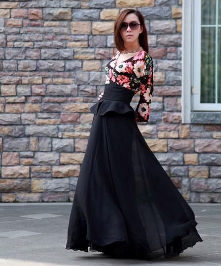 девушка в черной юбке и цветочной блузке