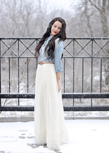 девушка в длинной белой юбке и джинсовой рубашке