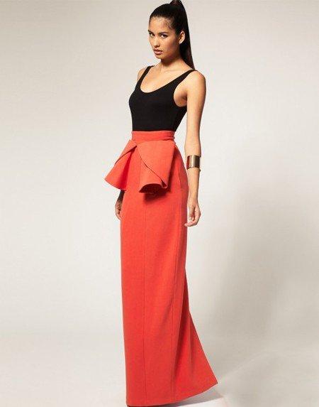 девушка в длинной красной юбке и черной майке