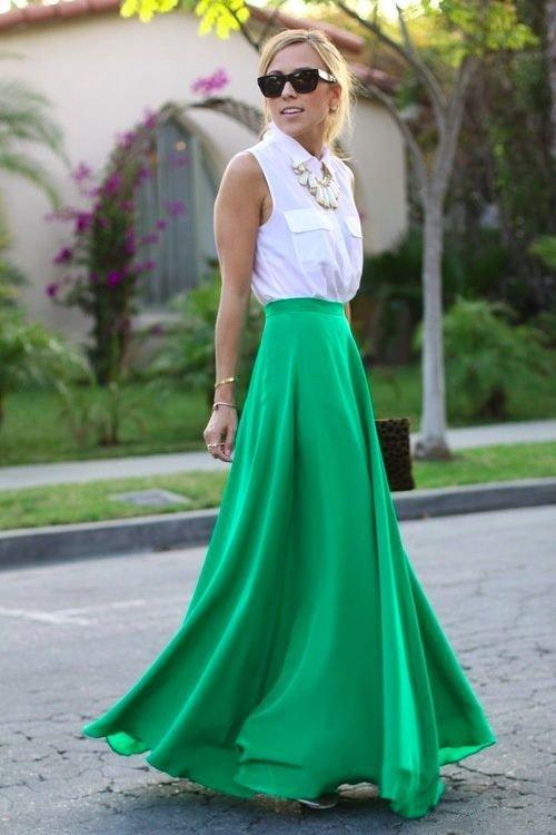 девушка в длинной зеленой юбке и белой рубашке