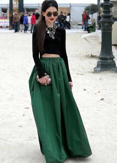 девушка в длинной зеленой юбке и укороченной черной кофте