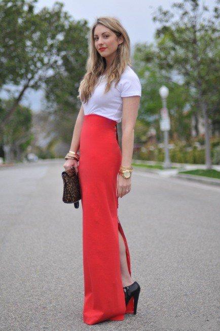 девушка в красной юбке и белой футболке