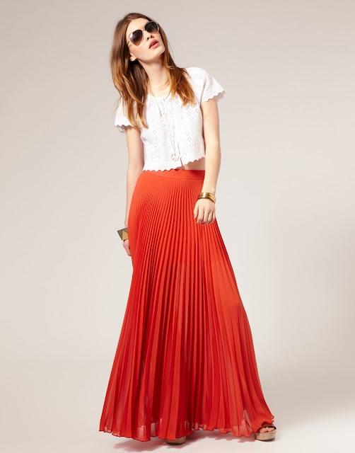 девушка в красной юбке и белой укороченной футболке
