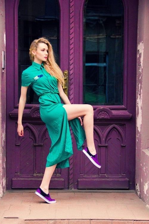 девушка в платье-рубашке и фиолетовых слипонах