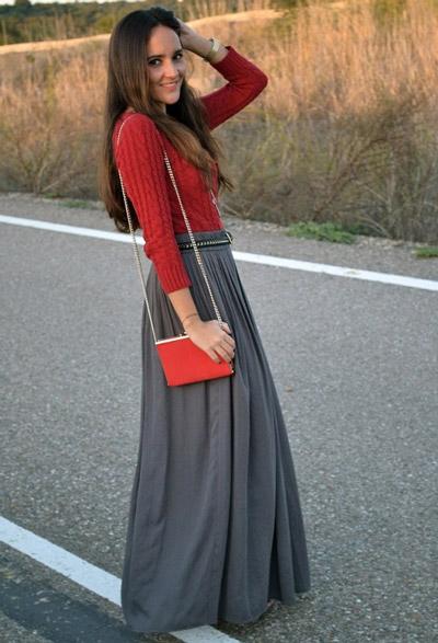 девушка в серой юбке и красном свитере