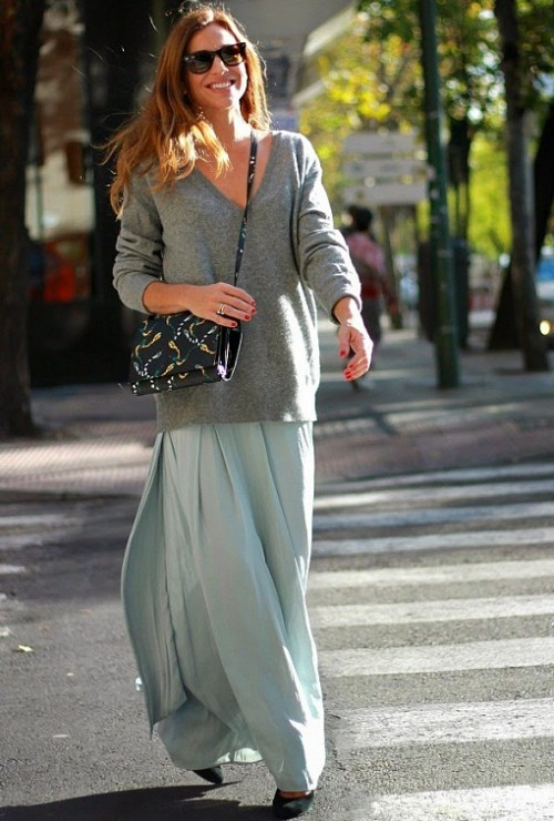 девушка в серой юбке и сером свитере