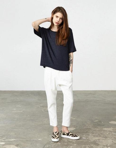 девушка в укороченных белых брюках и слипах