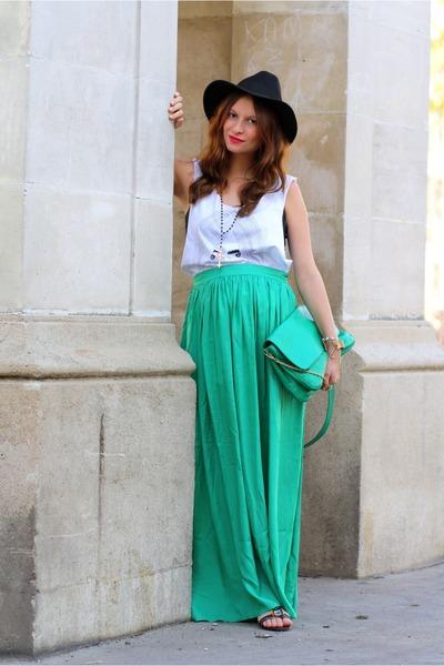 девушка в зеленой юбке и черной шляпе