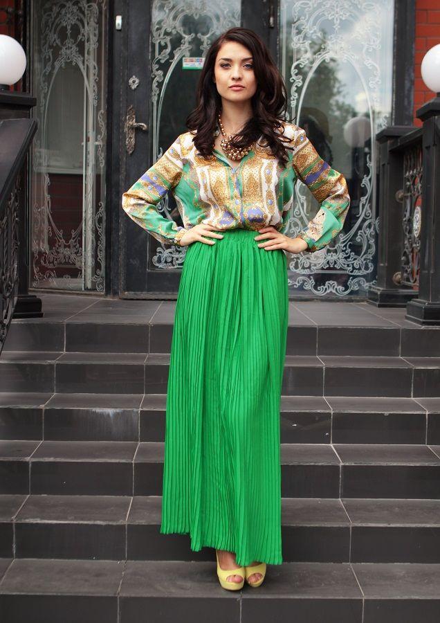 девушка в зеленой юбке и шелковой блузке