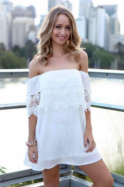 Девушка в белом платье с кружевными рукавами