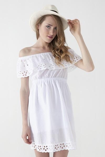Девушка в белом платье с открытыми плечами