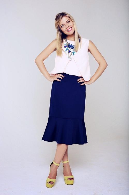 Девушка в белом топе и синей юбке