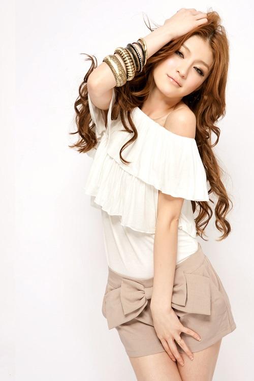 Девушка в белой блузке с открытыми плечами