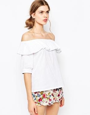 Девушка в белой блузке с воланом