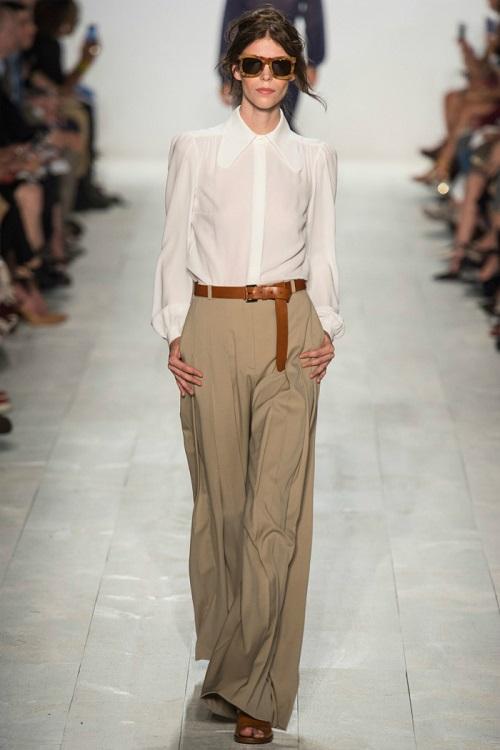 Девушка в белой рубашке и широких брюках