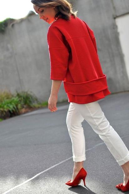 Девушка в белых брюках и красных лодочках