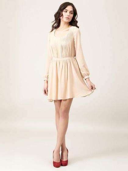Девушка в бежевом платье