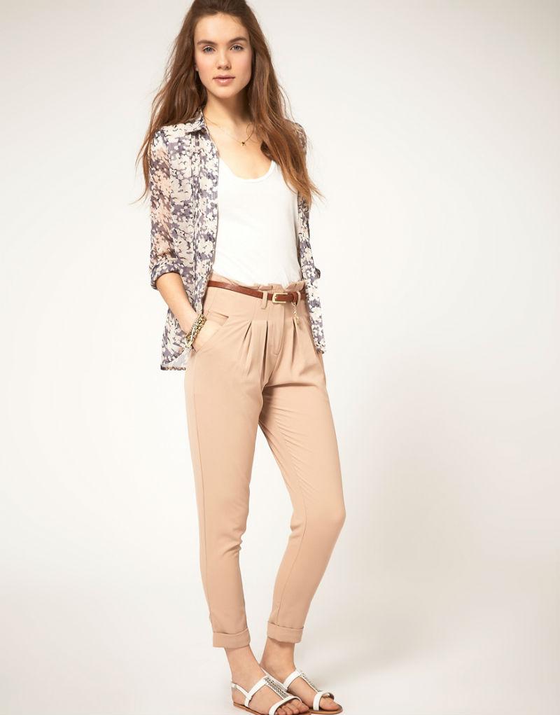 Девушка в бежевых брюках и белом топе