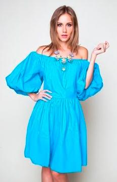 Девушка в бирюзовом платье с открытыми плечами