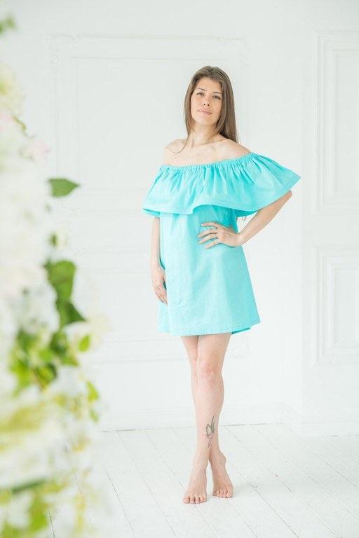 Девушка в бирюзовом платье с воланом
