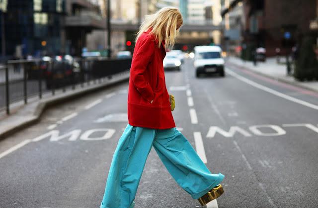 Девушка в бирюзовых пижамных штанах