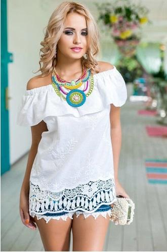 Девушка в блузке с открытыми плечами