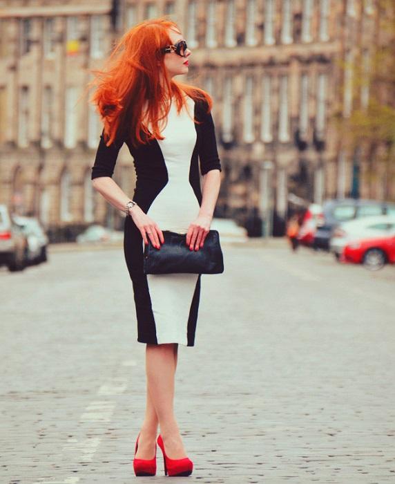 Девушка в черно-белом платье