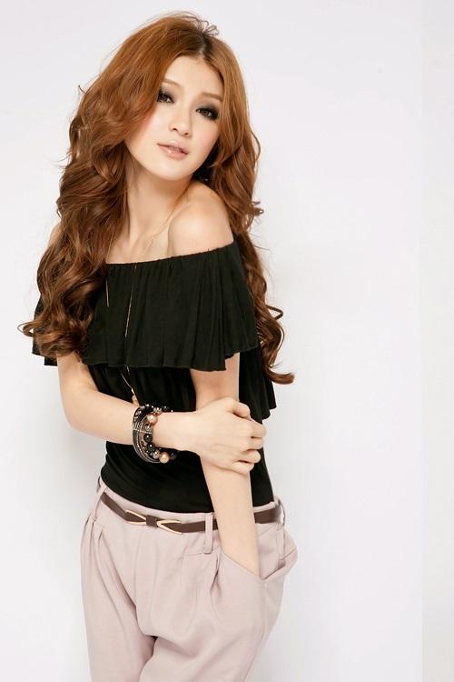 Девушка в черной блузке с открытыми плечами