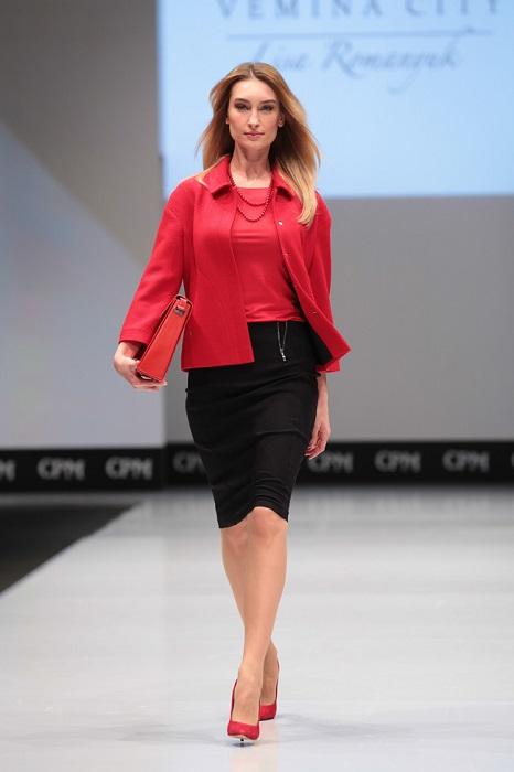 Девушка в черной юбке и красных туфлях