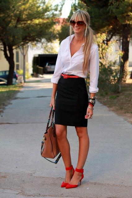 Девушка в черной юбке-карандаш и красных туфлях