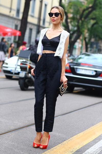 Девушка в черных брюках и кроп-топе